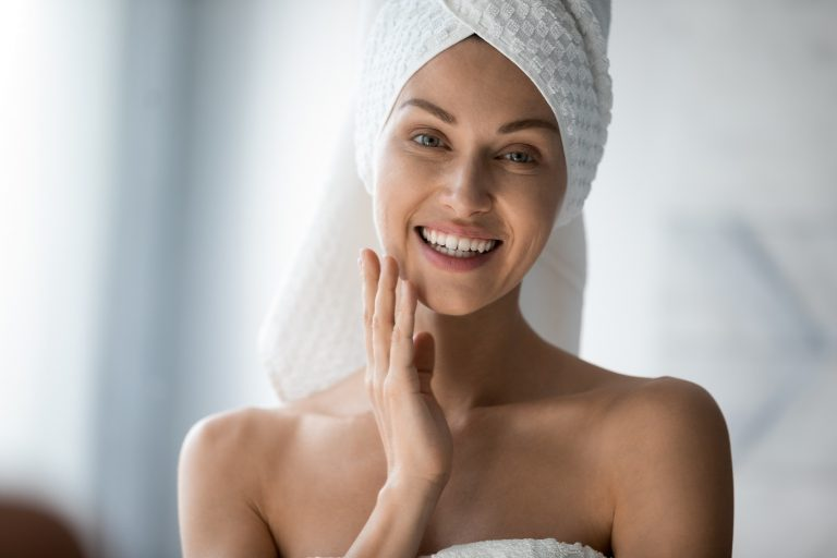Smiling_Pretty_Young_Woman_With_Towel_On_Head_Looking_At_Pilares_de_Saude_Impact_Transition